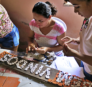Oficina de mosaico. Projeto Cultura em comunidade.